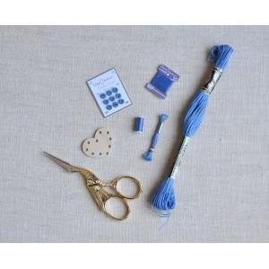 Ensemble Bleu de 5 miniatures de mercerie, broderie, couture