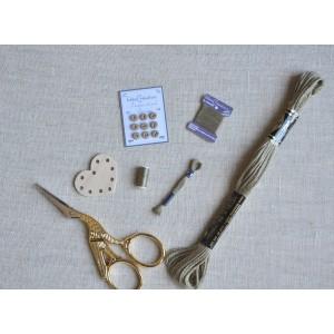 Ensemble Lin de 5 miniatures de mercerie, broderie, couture