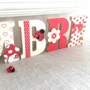 Lettres prénom en Bois et tissu imprimé pour chambre d'enfant motifs : coccinelle et champignon, rouge et beige