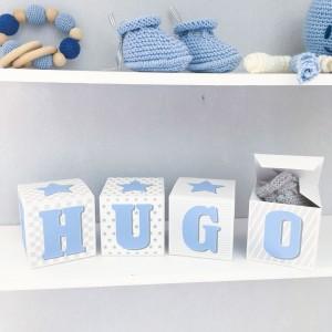 cubes lettres pr nom en carton pais et tissu imprim pour chambre d 39 enfant motifs bleu gris. Black Bedroom Furniture Sets. Home Design Ideas