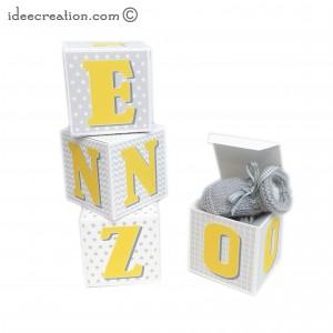 Cubes lettres prénom en carton épais et tissu imprimé pour chambre d'enfant motifs : jaune,  gris