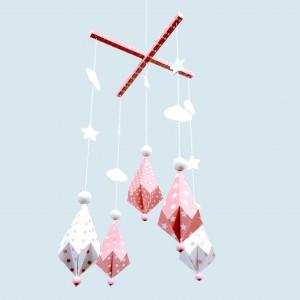 Mobile Bébé formes Origami Diamants en papier cartonné et bois pour chambre d'enfant, modèle Rose et Blanc