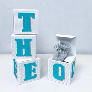 Cubes lettres prénom en carton épais et tissu imprimé pour chambre d'enfant motifs : Vert turquoise, gris et blanc