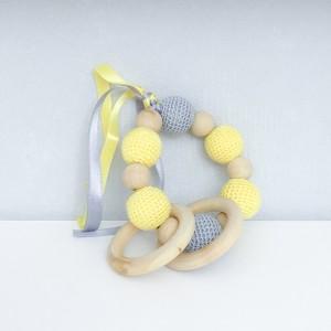 Hochet, anneau de dentition en bois et coton, modèle jaune et gris