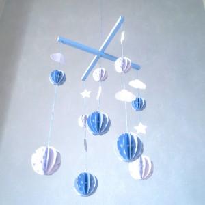 Mobile Boules en papier cartonné et bois pour chambre de bébé, modèle Bleu et Blanc