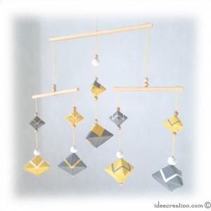 Mobile Bébé formes géométrique en bois et fil de coton pour chambre d'enfant, modèle Jaune et Gris