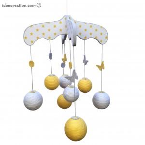 Mobile Bébé en bois, boule de coton et feutrine pour chambre d'enfant, modèle jaune et gris