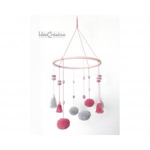 Mobile Bébé Pompons, rose et gris, Mobile bébé pompons et perles, déco pour chambre d'enfant