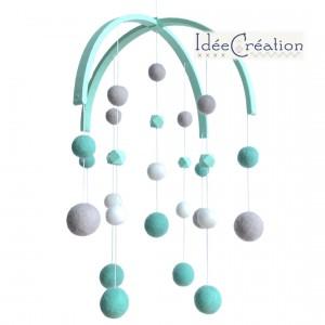 Mobile Bébé boules laine feutrée entièrement fait main, modèle : vert menthe, blanc et gris, déco pour chambre d'enfant