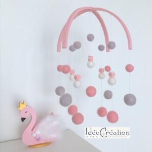 Mobile Bébé boules laine feutrée entièrement fait main, modèle : rose poudré, blanc et gris, déco pour chambre d'enfant