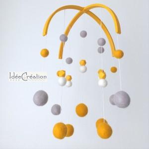 Mobile Bébé boules laine feutrée entièrement fait main, modèle : jaune, blanc et gris, déco pour chambre d'enfant